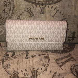 Price*IS NOT*Firm Michael Kors JST Trifold Wallet